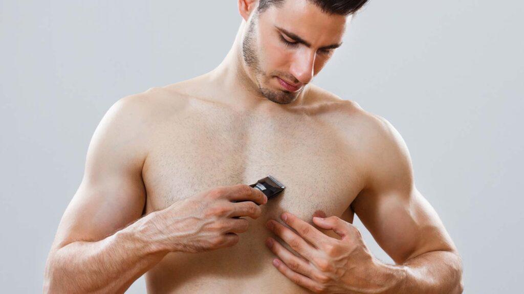 Mit Barttrimmer die Brusthaare trimmen